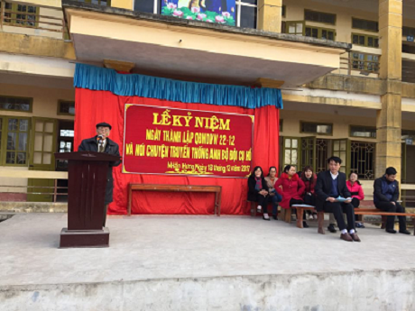 Thiếu tá Trần Huy Mai nói chuyện với các em học sinh