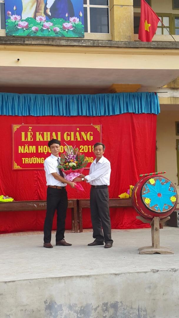 Đại diện UBND xã tặng hoa nhà trường nhân dịp khai giảng năm học mới