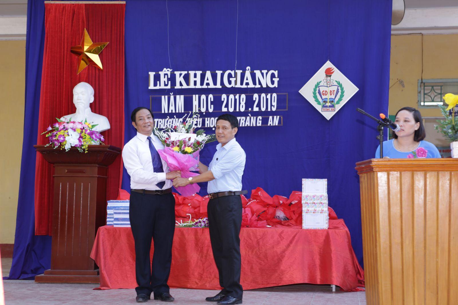 Lãnh đạo địa phương tặng hoa và quà chúc mừng nhà trường