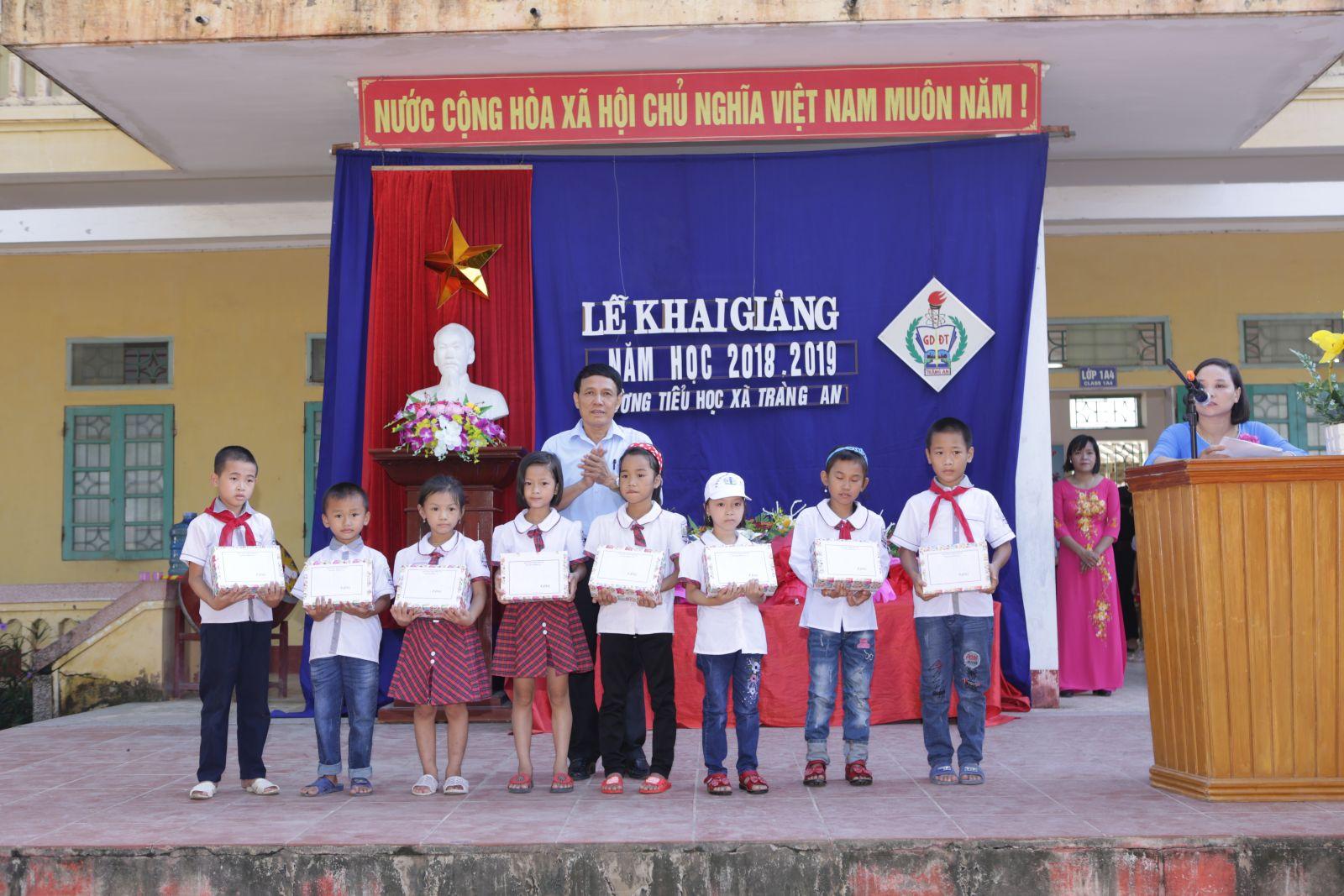Học sinh có hoàn cảnh khó khăn nhận quà của quỹ bảo trợ trẻ em huyện Bình Lục