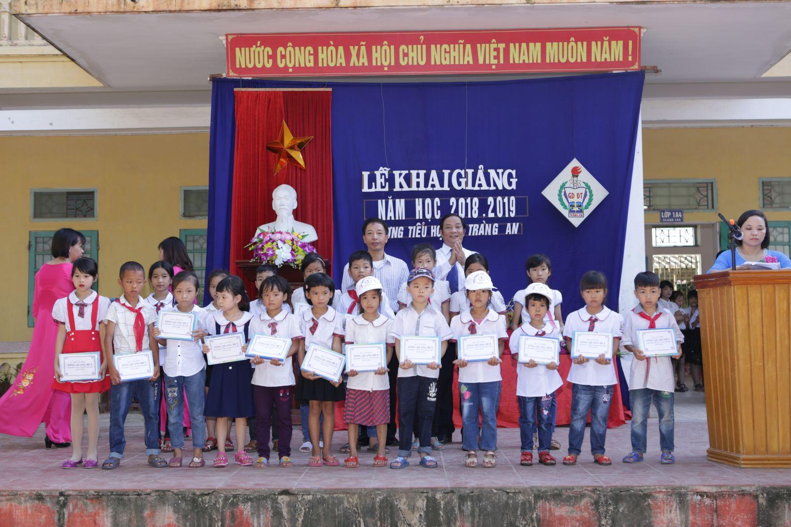 Học sinh có hoàn cảnh khó khăn nhận quà của ông Tống Quang Huy - GĐ Cty giấy Hải Tiến