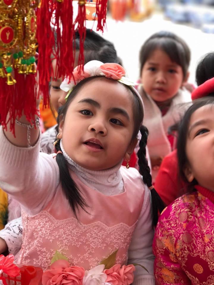 Trường mầm non Trần Hưng Đạo tổ chức cho trẻ hoạt động tham quan chợ Hoa- Bài viết tháng 2 - số 2