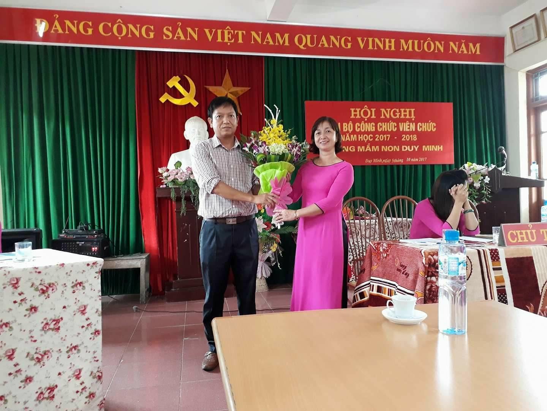 Đồng chí Nguyễn Anh Quân. Phó bí thư thường trực tặng hoa cho nhà trường