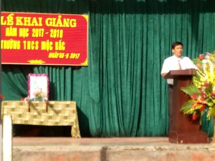Thầy Hiệu trưởng đọc diễn văn khai giảng