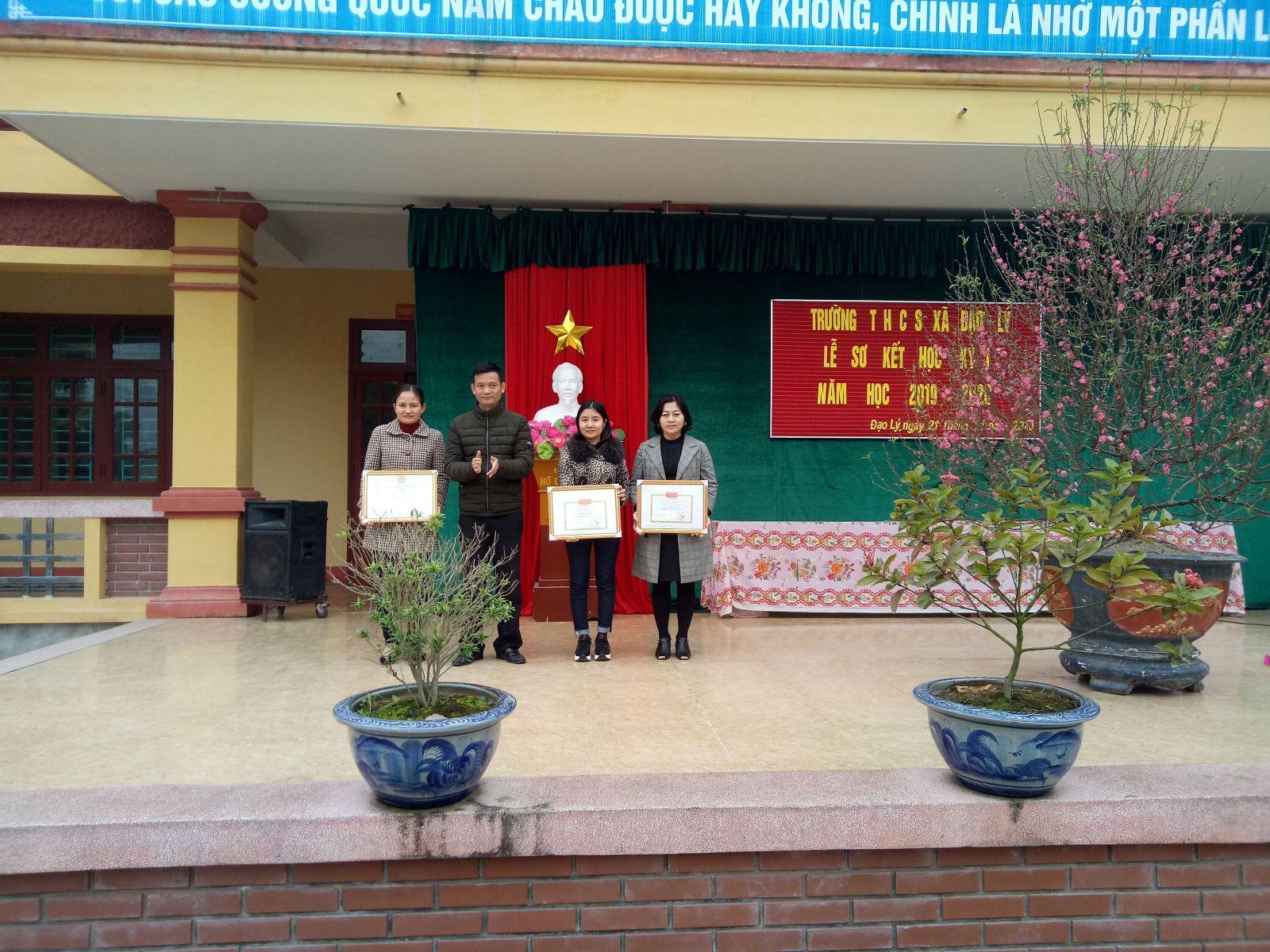 Hiệu trưởng: Thầy Phạm Ngọc Tuấn đã trao thưởng khích lệ động viên các thầy cô giáo đạt thành tích cao trong năm học trước