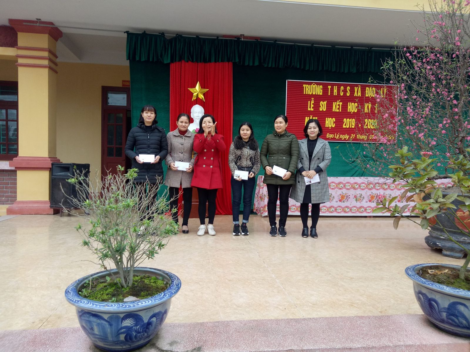 Bà Trần Thị Liên: Đảng ủy viên xã trao phần thưởng động viên một số giáo viên đạt một số thành tích trong học kỳ I năm học 2019 - 2020.