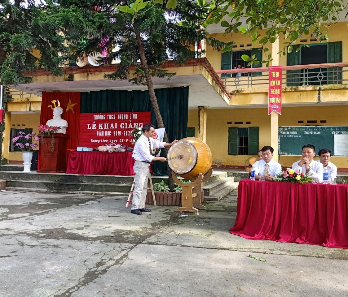 Thầy: Đỗ Văn Cường - Hiệu trưởng nhà trường đánh trống khai trường