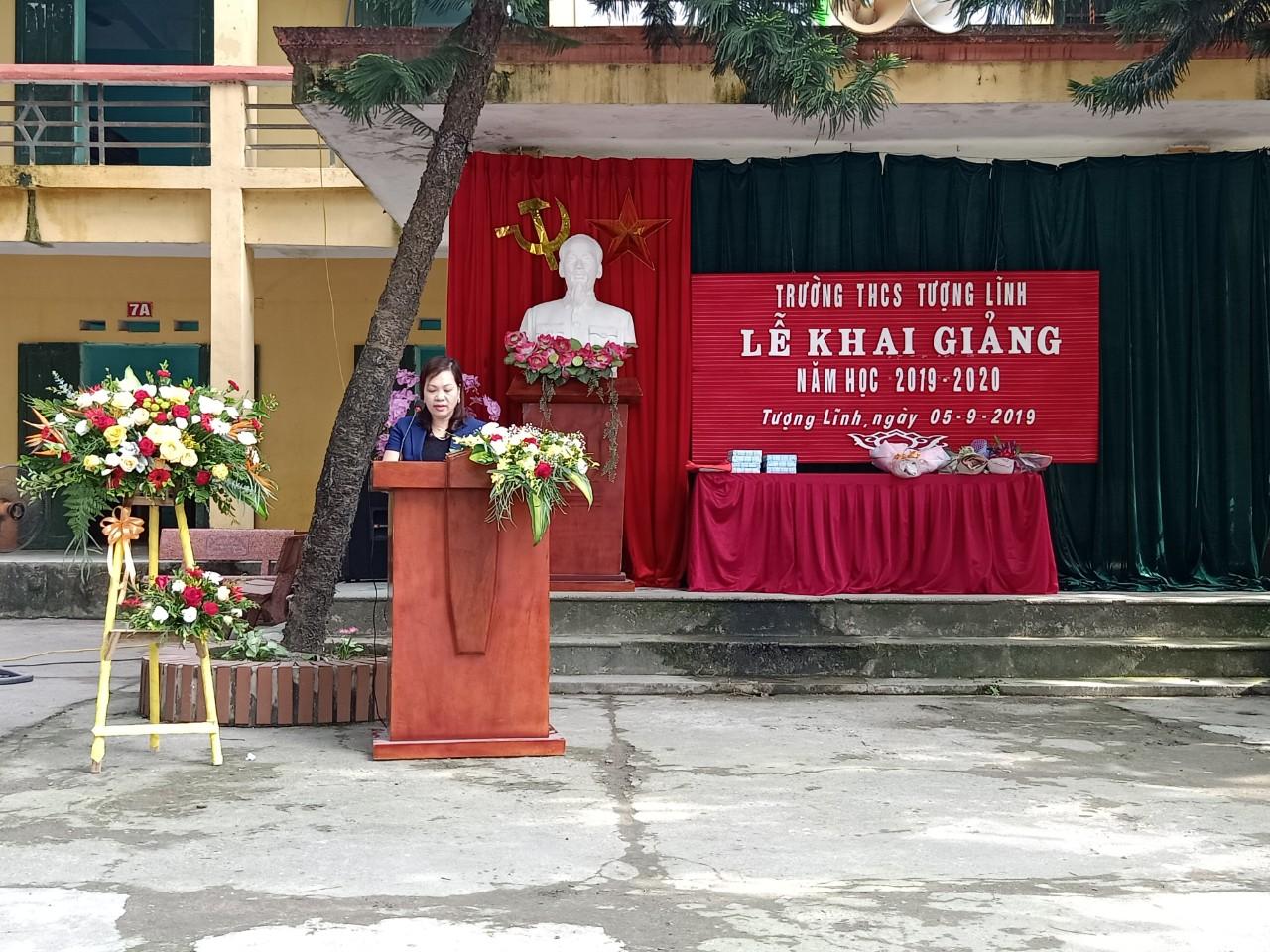 Bà: Nguyễn Thi Diện - Huyện ủy viên, Chánh án TAND huyện về dự phát biểu chỉ đạo và tặng hoa cho nhà trường