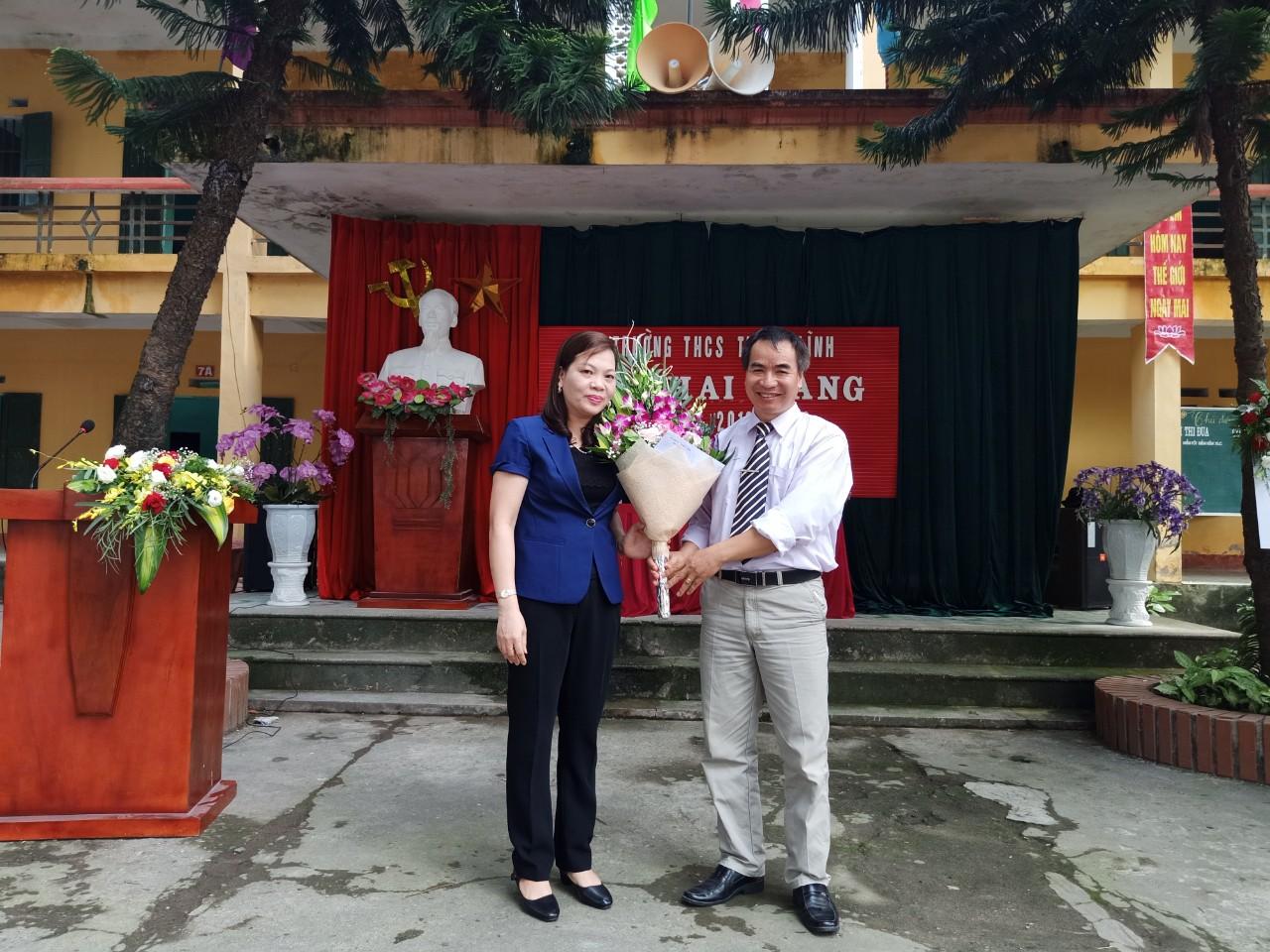 bà Trần Thị Diện - huyện ủy viên, Chánh án toàn án nhân dân huyện Kim Bảng về dự, phát biểu chỉ đạo và tặng hoa cho nhà trường;