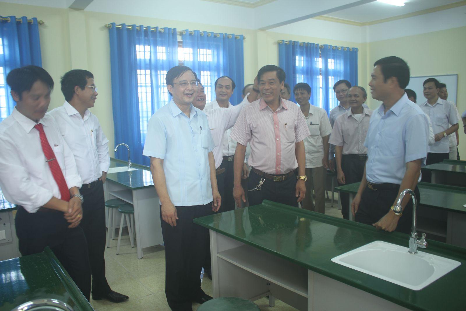 Lãnh đạo đi thăm quan phòng học