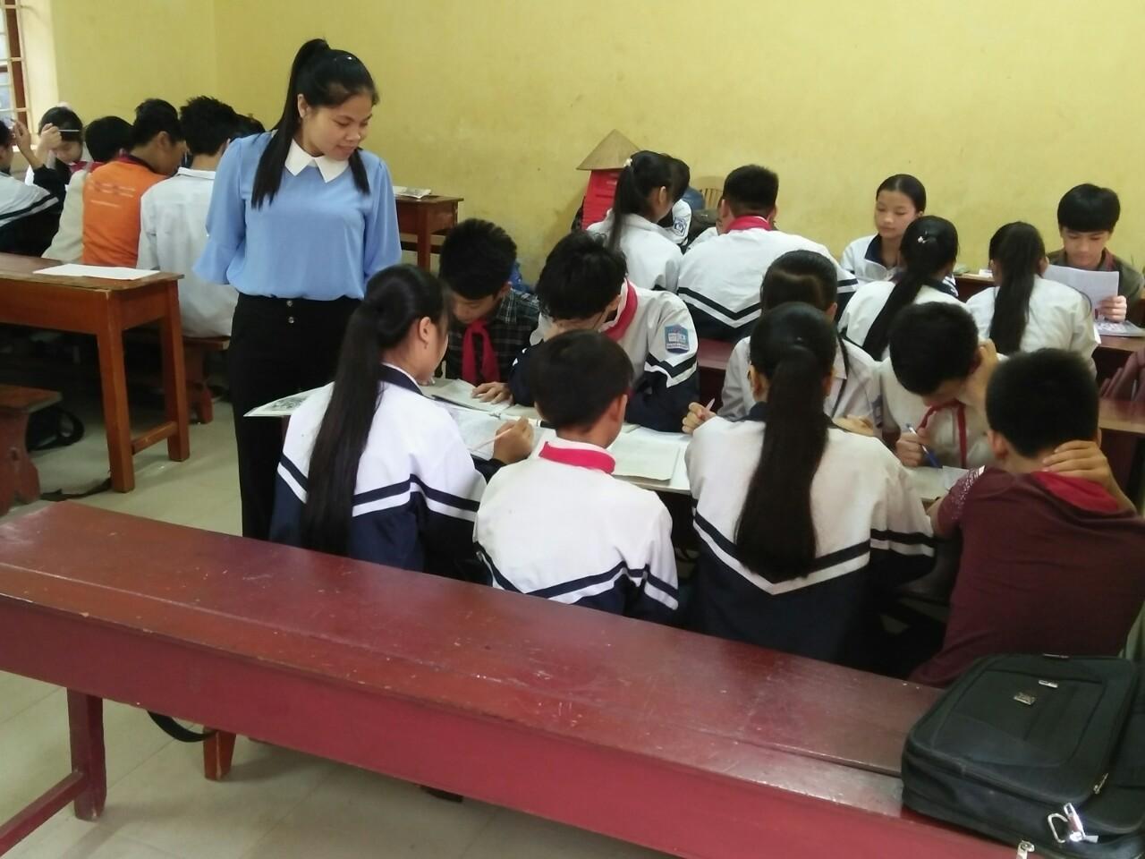 Cô Nguyễn Thị Hậu (THCS Ba Sao) hướng dẫn HS hoạt động nhóm