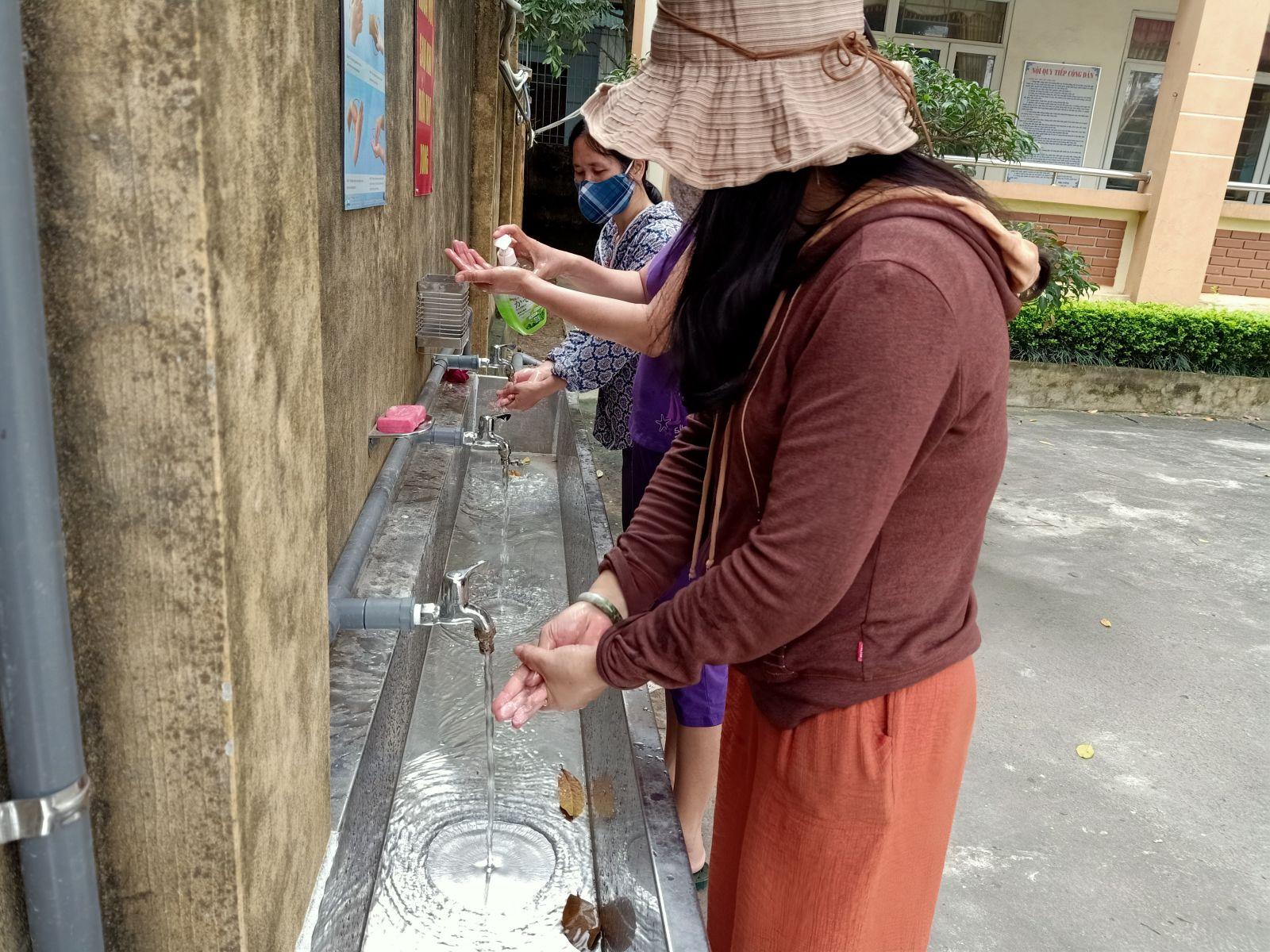 Cán bộ, giáo viên, nhân viên trường Tiểu học Đồng Văn thực hiện nghiêm túc việc vệ sinh rửa tay bằng xà phòng, nước rửa tay và dung dịch khử trùng