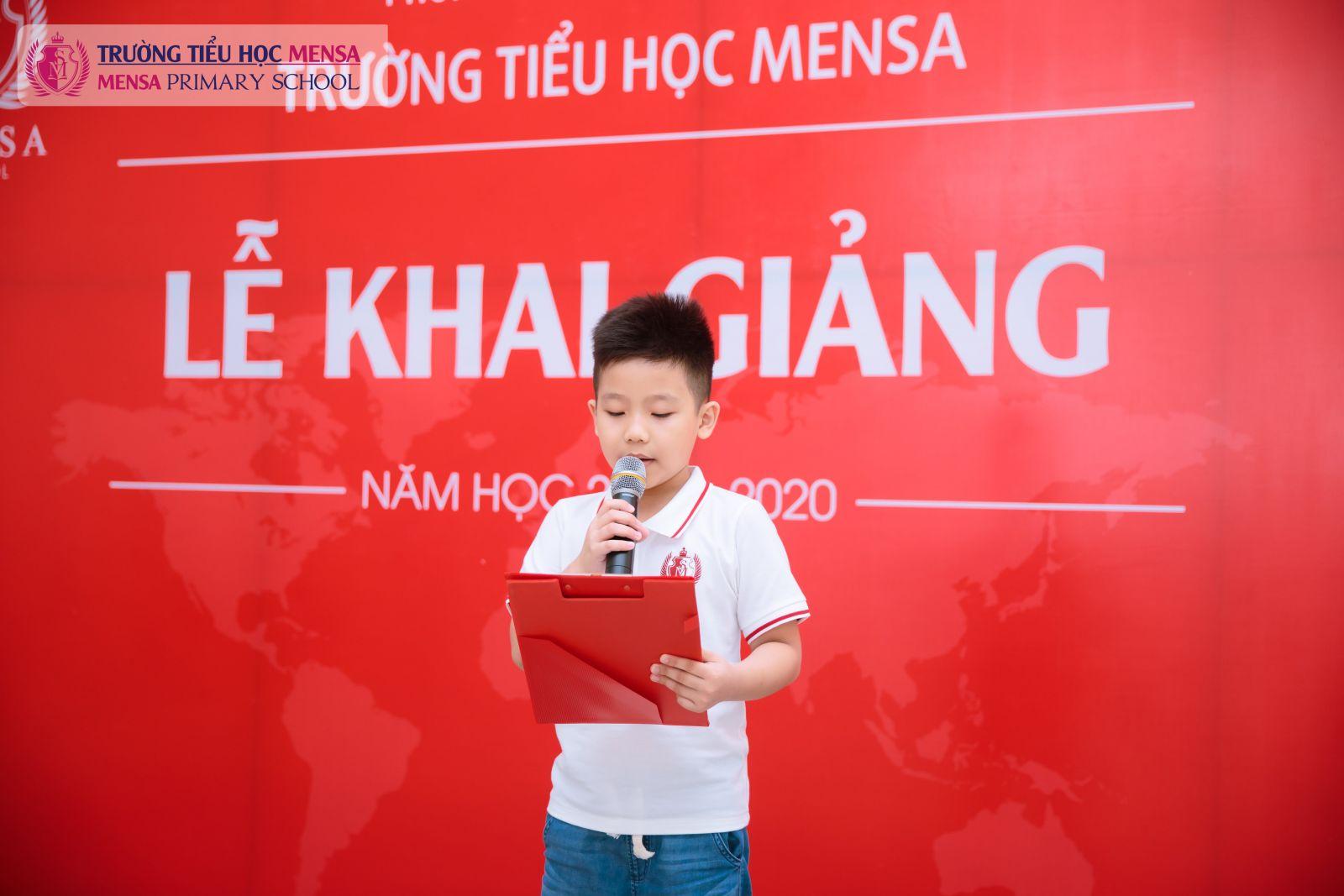 Đại diện học sinh nhà trường lên đọc lời hứa trong ngày khai giảng