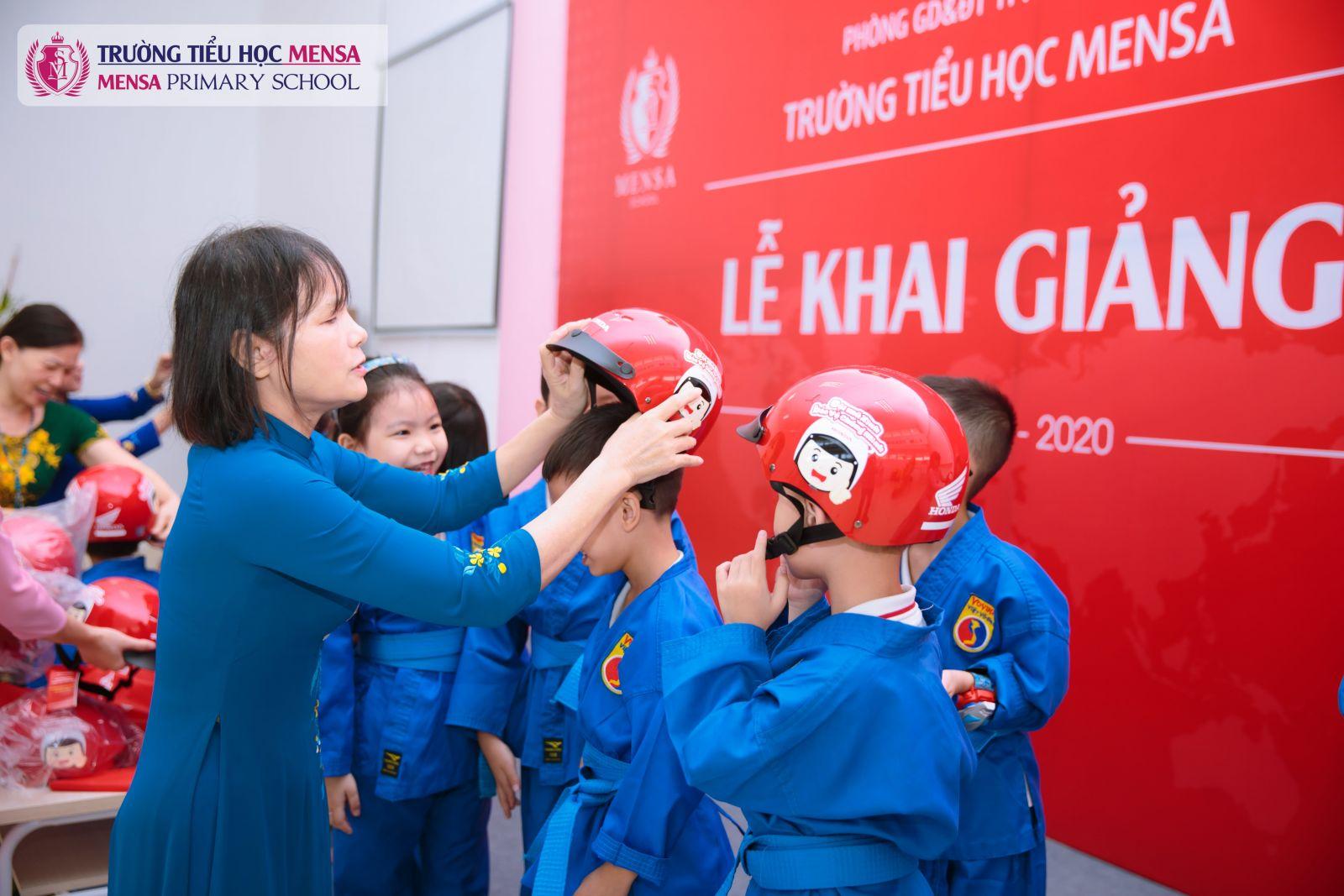 """Bà Lại Thị Hạnh - P. Hiệu trưởng nhà trường trao mũ bào hiểm moto xe máy cho học sinh nhân ngày khai giảng với chủ đề """"Giữ trọn ước mơ"""""""