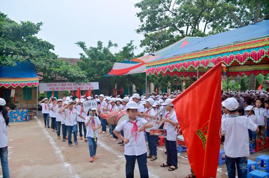 Học sinh đang diễu hành khai giảng