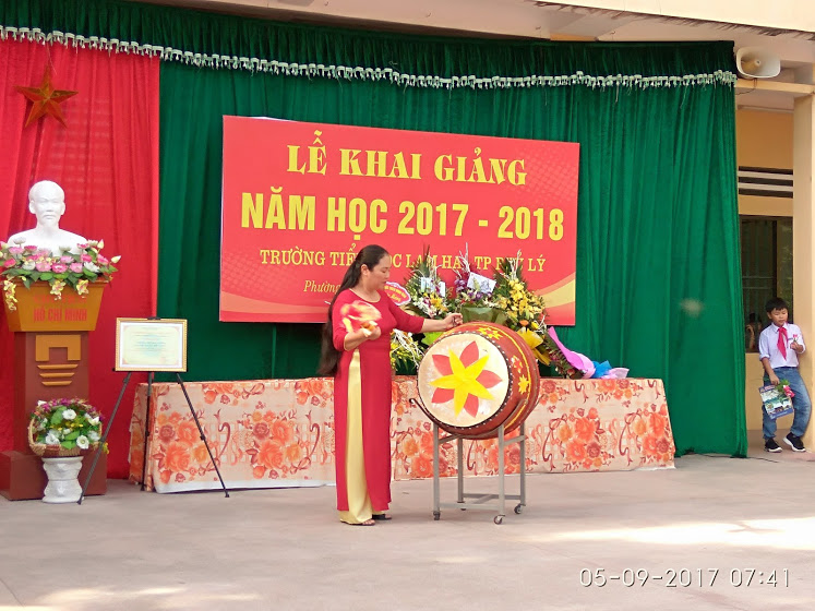 Đồng chí Trần Thị Thanh Minh - Hiệu trưởng nhà trường đánh trống khai giảng năm học mới 2017 - 2018