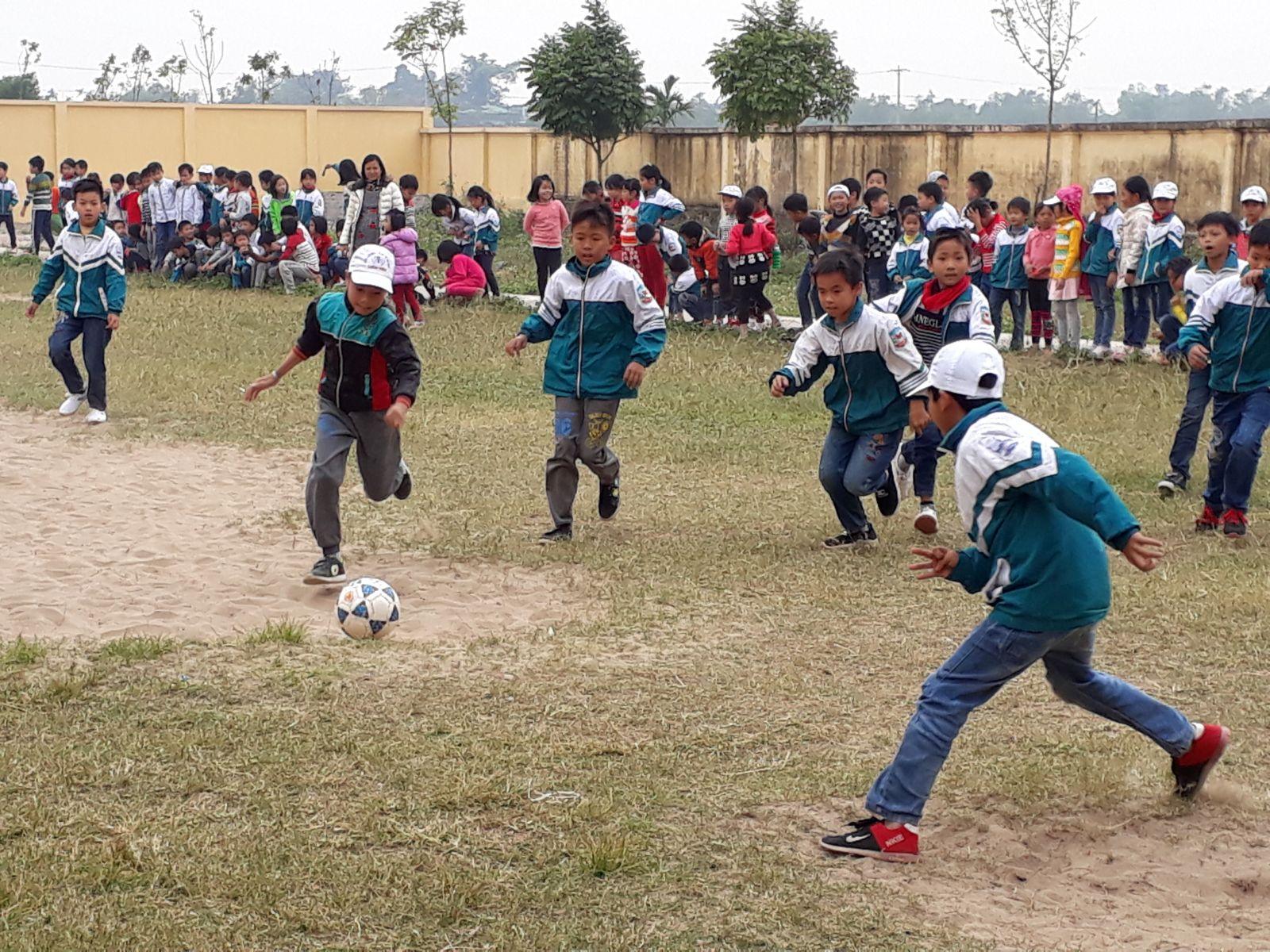Các đội bóng của từng chi đội hăng hái tham gia giao lưu bóng đá cấp trường nhân ngày 22/12