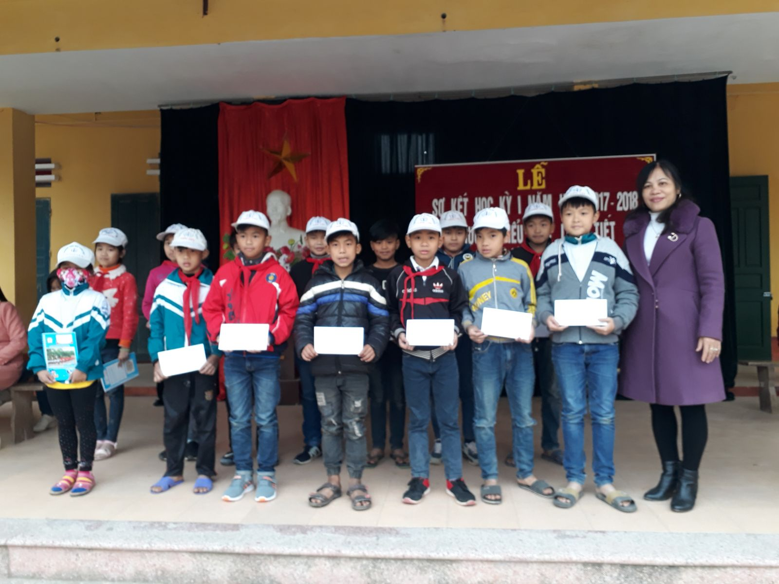 Cố Trần Thị Hồng Thắm trao quà tấm áo mùa đông cho 23 học sinh có hoàn cảnh khó khăn