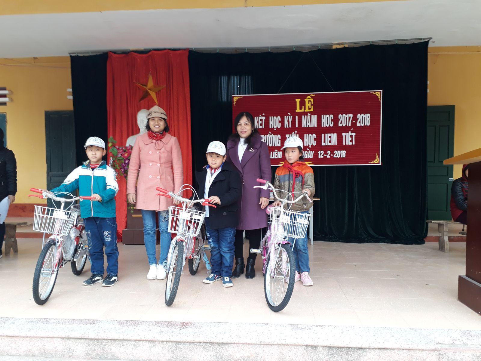 Cô Trần Thị Hồng Thắm trao quà chiếc xe đạp 1000 đ cho 3 học sinh có hoàn cảnh khó khăn vươn lên trong học tập