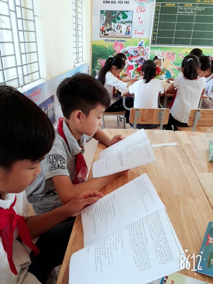 Các em học sinh đên sthuw viện đọc sách