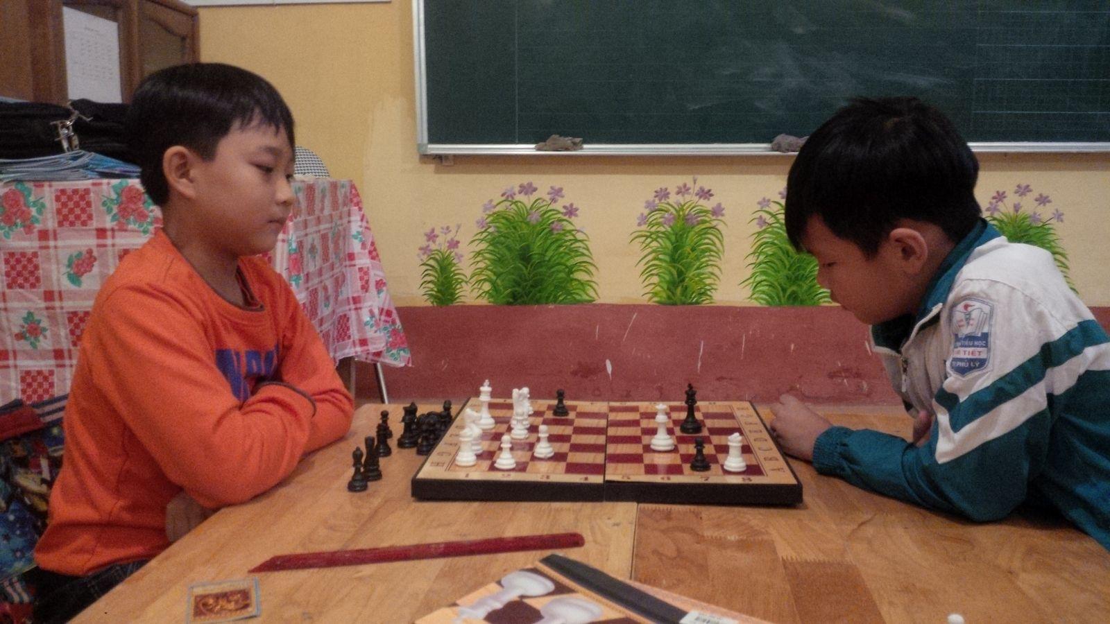 Cac em trong câu lạc bộ TDTT đang chơi cờ vua