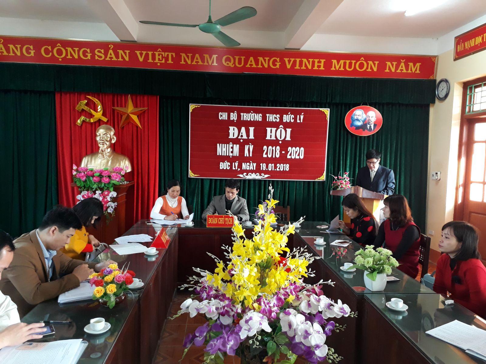Đồng chí Nguyễn Văn Tuyến bí thư chi bộtrình bày báo cáo tại đại hội