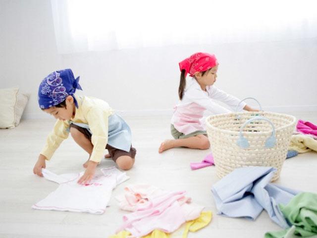 Dạy bé cách gấp quần áo