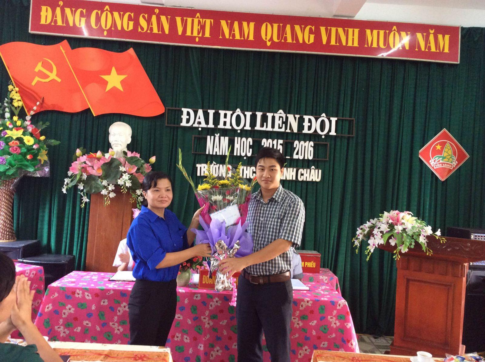 Đồng chí Phan Đức Mười - Bí thư Đoàn phường tặng hoa cho Đại hội