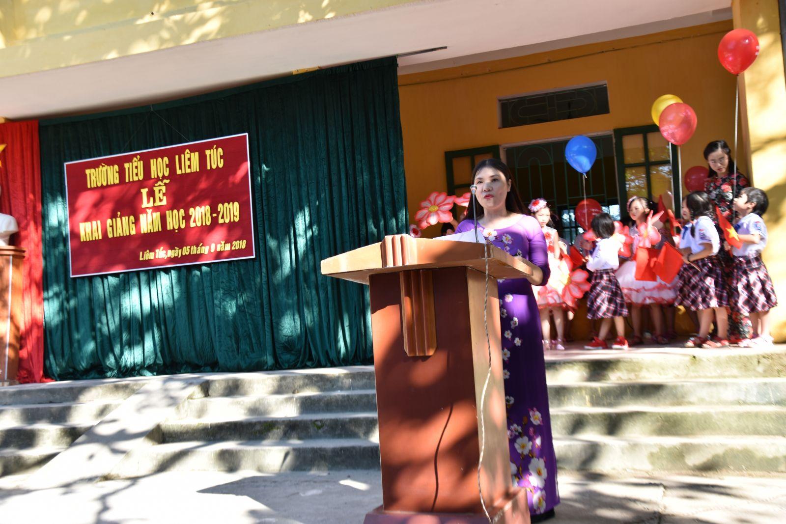 Cô Hoàng Thị Loan- Bí thư chi bộ, Hiệu trường nhà trường đọc diễn văn khai giảng