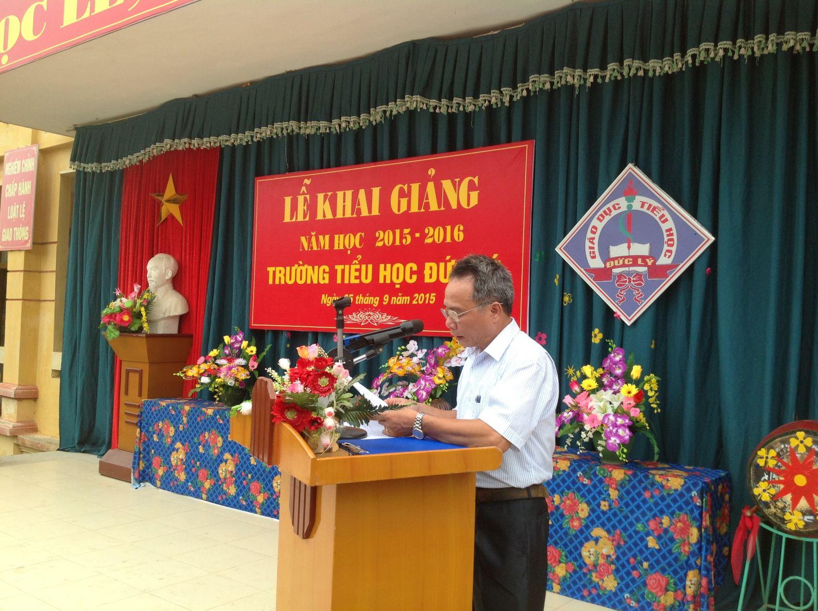 Ông Nguyễn Quang Phi đọc thư của chủ tịch nước gửi các em học sinh nhân ngày khai trường