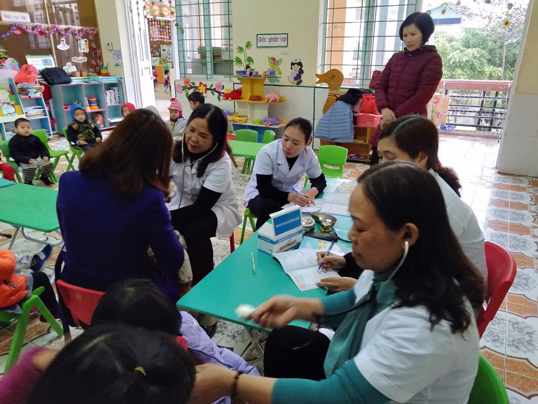 Tổ chức khám sức khỏe cho trẻ trong toàn trường