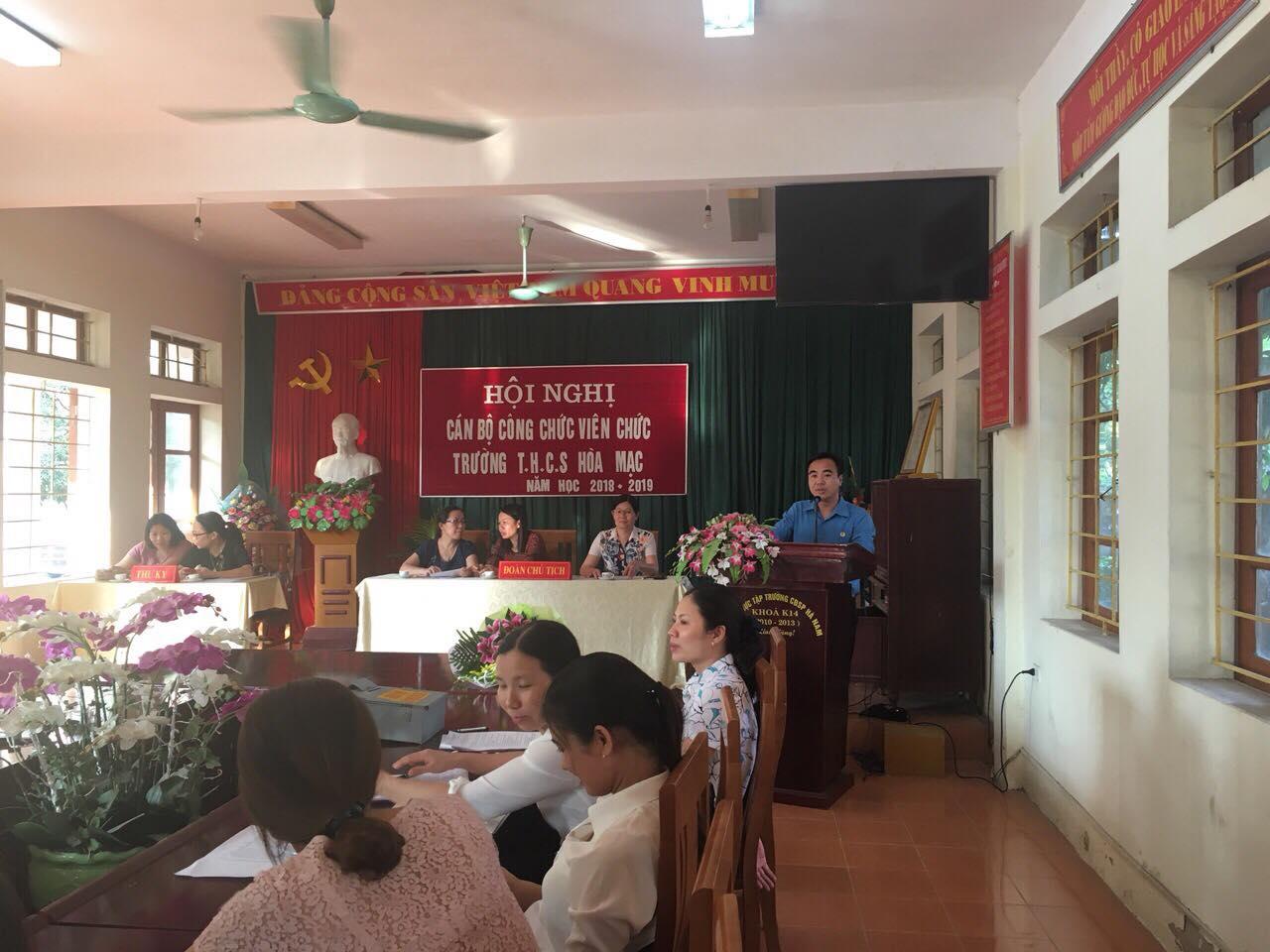 Đ/c Nguyễn Việt Hùng thay mặt Liên đoàn lao động huyện Duy Tiên phát biểu ý kiến chỉ đạo.
