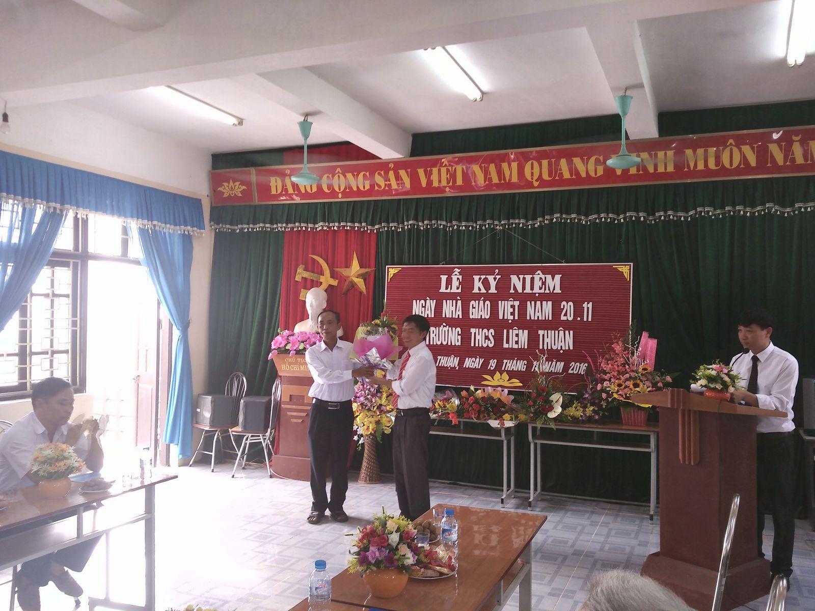 giám đốc HTX Nông nghiệp xã Liêm Thuận tặng hoa hội nghị