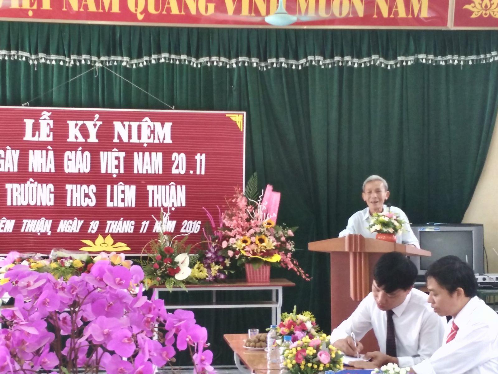 Thầy Hoàng Bá Vọng- Nguyên Hiệu trưởng nhà trường phát biểu trong buổi lễ