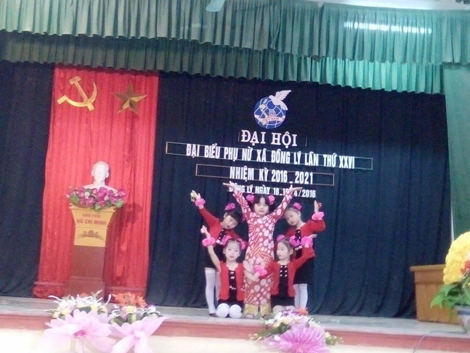 Bé biểu diễn văn nghệ tại đại hội của xã