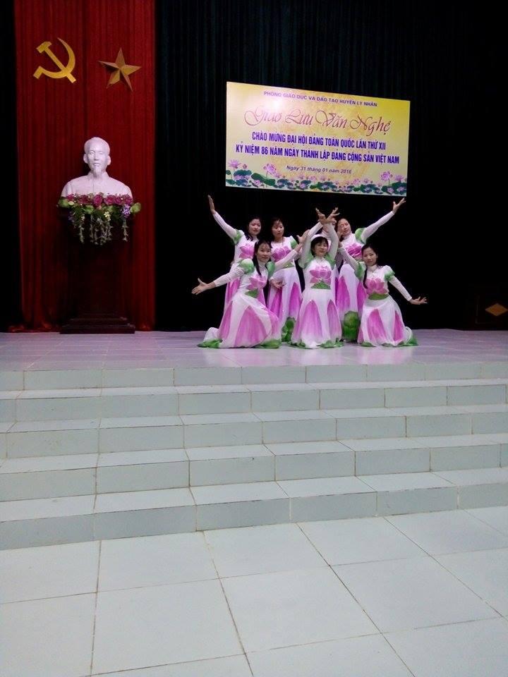 GV Đồng Lý tham gia hoạt động văn nghệ