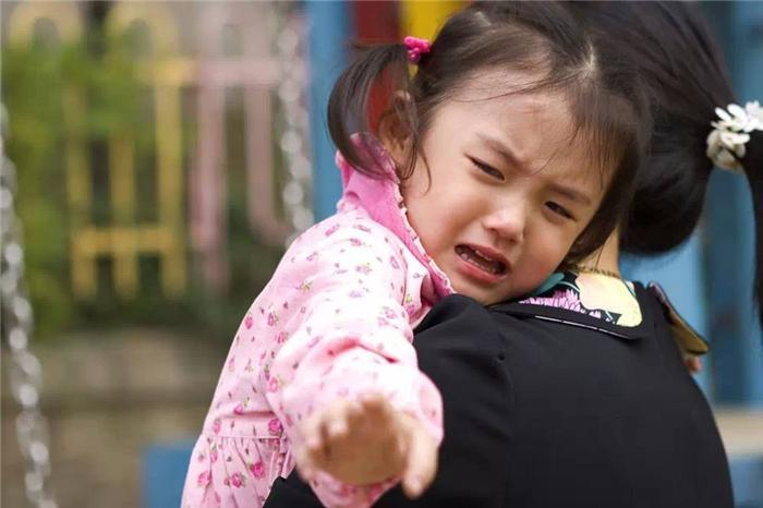 Cách dỗ dành trẻ đi mẫu giáo khóc