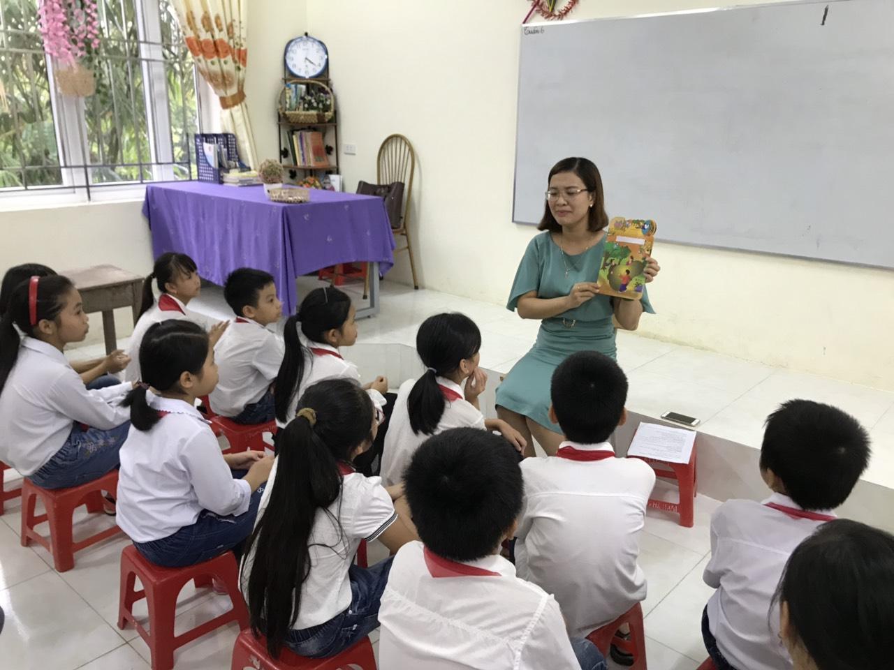 Cô giáo Nguyễn Thị Xuân giới thiệu về quyển sách