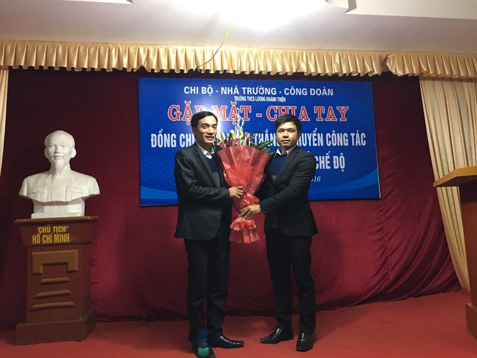 Đ/c Trịnh Minh Tâm - Hiệu trưởng nhà trường - tặng hoa.