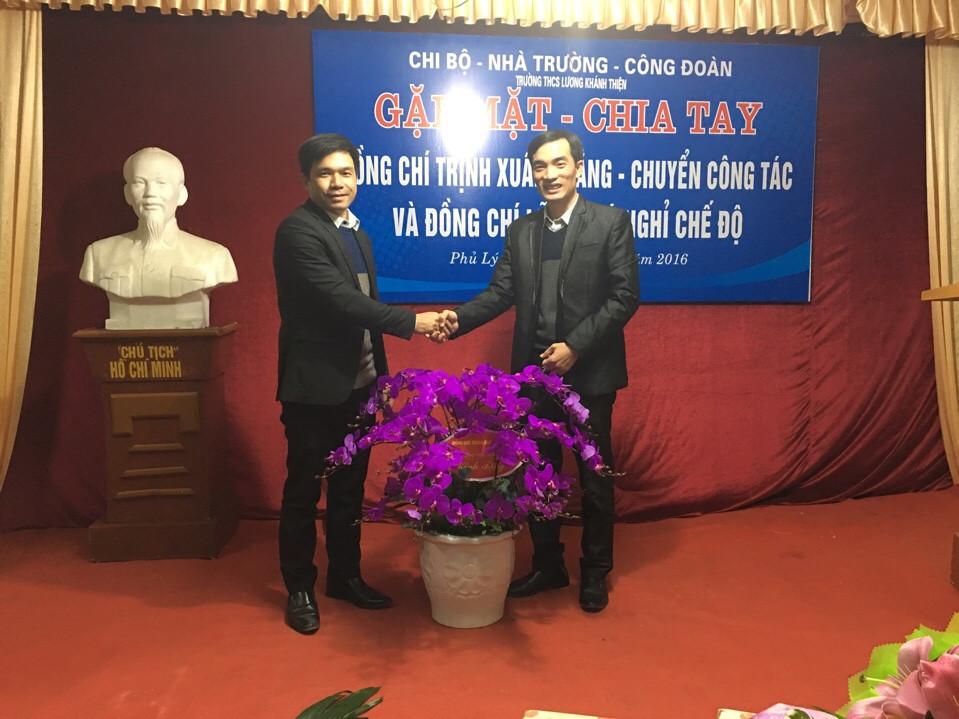 Đ/c Trịnh Xuân Thắng tặng quà lưu niệm nhà trường.