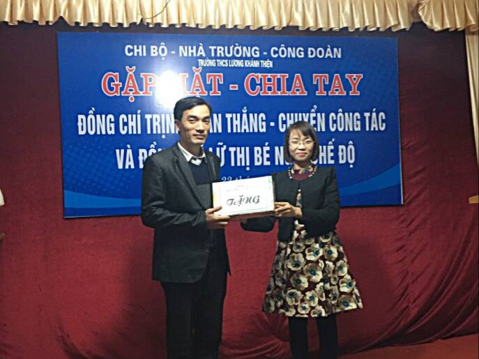 Đ/c Nguyễn Thanh Nhàn - Bí thư chi đoàn - tặng quà lưu niệm.