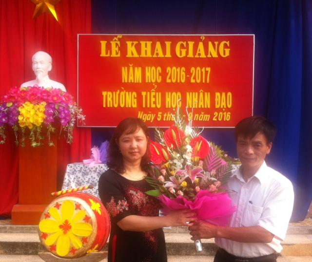 Đ/c Phạm Xuân Tình tặng hoa nhà trường
