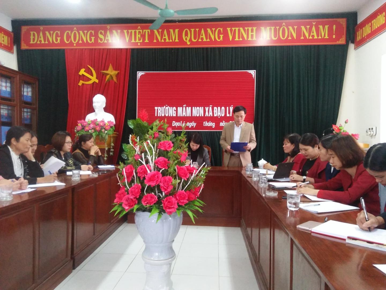 Công bố quyết định và trao quyết định cho cán bộ quản lý đồng chí Hoàng Thị Khanh Và đồng chí Trần Thị Quyên