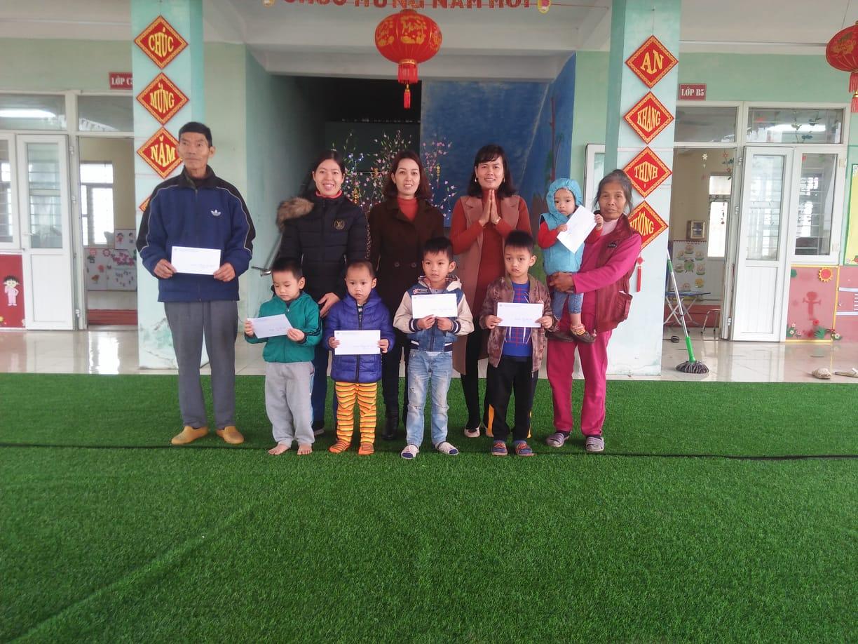 Trường Mầm non xã Đạo Lý đã tổ chức trao quà tết cho học sinh có hoàn cảnh khó khăn nhân dịp tết Nguyên Đán Canh Tý