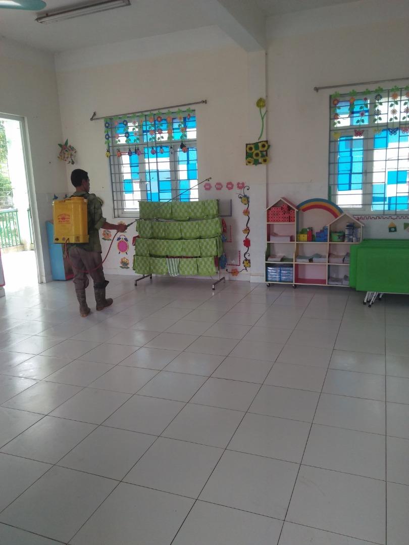 Trung tâm y tế xã Đạo Lý đã cử người vào phun thuốc khử trùng lần 2 cho trường mầm non xã Đạo Lý