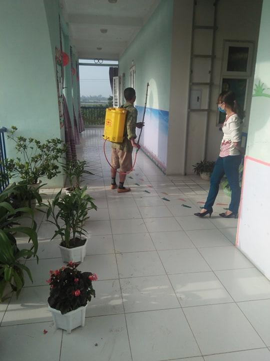 Trường mầm non xã Đạo Lý đã tổ chức phun thuốc khử trùng đợt 3