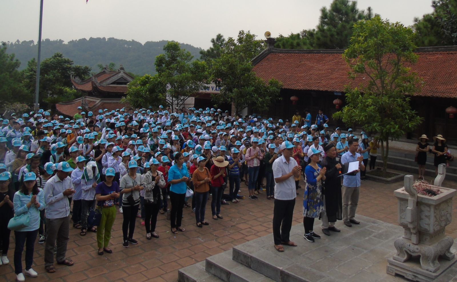 Lễ dâng hương tại Đền thờ thày giáo Chu Văn An